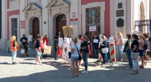 protest pracownic zlobkow fot. l. lada3 300x163 - Poznań: Pracownice żłobków chcą wyższych pensji. I dały prezydentowi... pieluchy