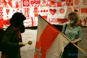 """white red white wstega nadziei fot. slawek wachala 180549 300x200 - Poznań: """"Wstęga nadziei"""" dla Białorusi"""
