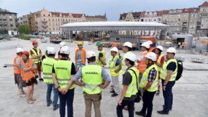 wizyta radnych na rynku lazarskim fot. ump 300x169 - Poznań: Zastępca prezydenta i radni sprawdzali dach hali na Rynku Łazarskim