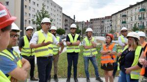wizyta radnych na rynku lazarskim fot. ump3 1 300x169 - Poznań: Zastępca prezydenta i radni sprawdzali dach hali na Rynku Łazarskim