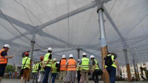wizyta radnych na rynku lazarskim fot. ump4 300x169 - Poznań: Zastępca prezydenta i radni sprawdzali dach hali na Rynku Łazarskim