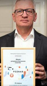 Jacek Jaśkowiak z nagrodą poprawioną przez Buble Poznania fot. Buble Poznania