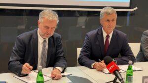 podpisanie umów: Marek Woźniak, Marian Szkudlarek, burmistrz Swarzędza fot. UMiG Swarzędz