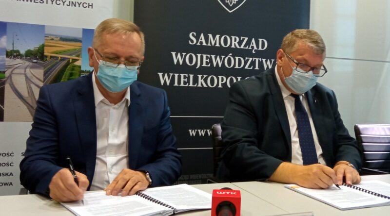podpisanie umowy w sprawie linii kolejowej Szamotuły - Międzychód, M. Adamczak, K. Grabowski fot. L. Łada