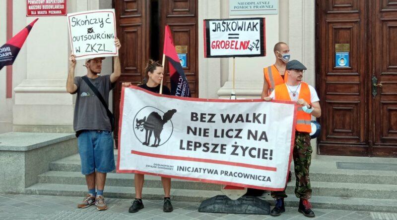 protest portierek i portierów przed UMP fot. L. Łada