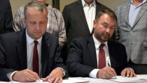 miejsce straceń w lasach rożnowskich, podpisanie porozumienia, Michał Zieliński i Tomasz Szrama fot. WUW