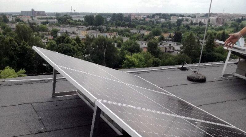 panele fotowoltaiczne na dachu szpitala fot. PCM