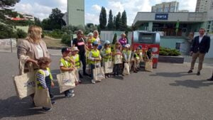przedszkolaki z osiedla Lecha przy pojemniku na elektrośmieci fot. L. Łada