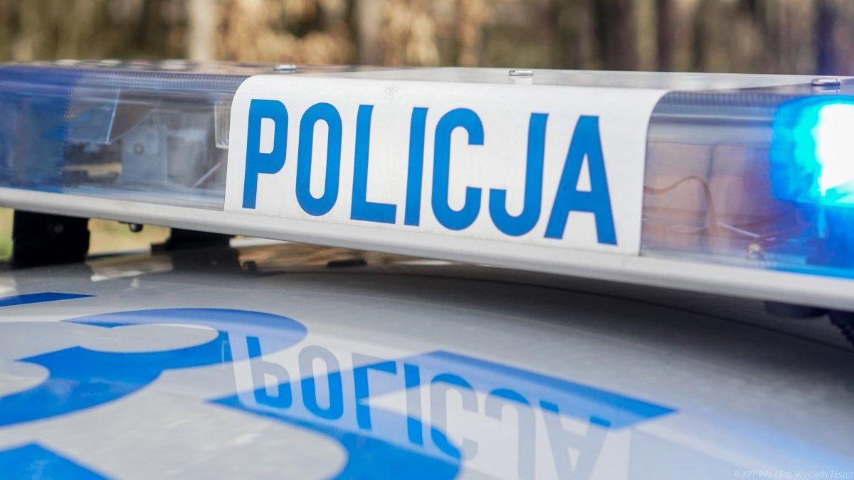 Kalisz: Dwa samochody zderzyły się na DW442. Jeden uderzył w ścianę pobliskiego budynku