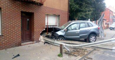 samochód wjechał w dom fot. policja Międzychód