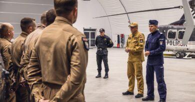strażacy i policjanci przez wylotem do Turcji fot. KG PSP.