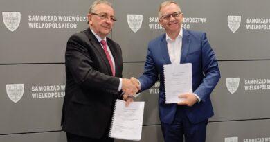 Wojciech Jankowiak, Maciej Adamczak, podpisanie umowy fot. UMWW