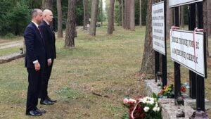 złożenie kwiatów, miejsce straceń w lasach rożnowskich, Michał Zieliński, Rafał Reczek fot. WUW