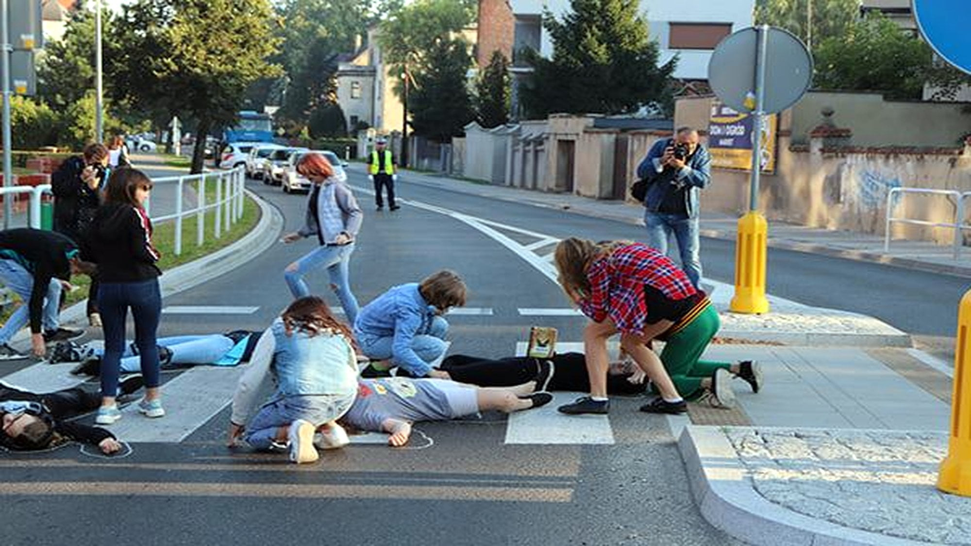 Krotoszyn: Upadli na przejściu dla pieszych. Koledzy obrysowali ich kredą